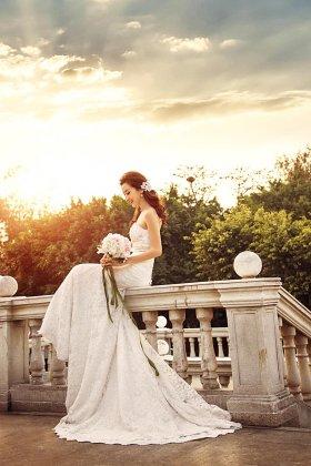 新娘的妆容可根椐各个新娘的条件来定夺