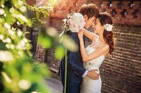 帅气的新郞与美丽的新娘步入婚姻殿堂后。。。