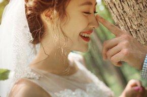 在拍婚纱照是新娘的手棒花起到很大的装饰作用